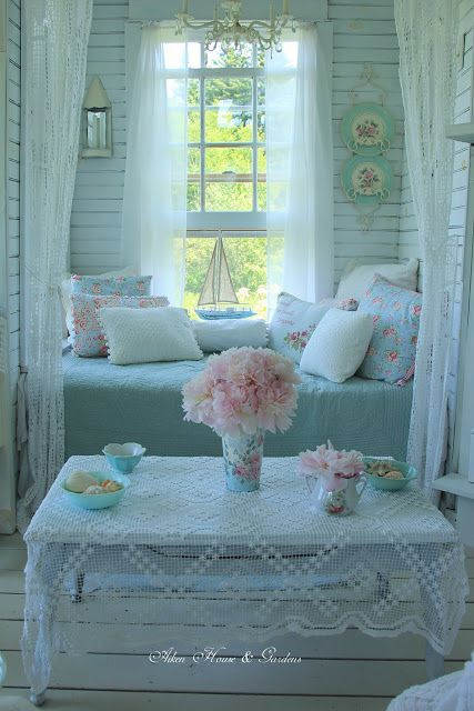 shabby chic bedroom idea in blue accent decoration