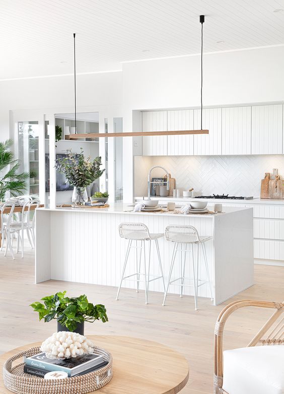 white coastal kitchen idea